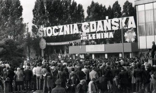 Mieszkańcy Gdańska zgromadzeni przed historyczną Bramą nr 2 Stoczni Gdańskiej im. Lenina