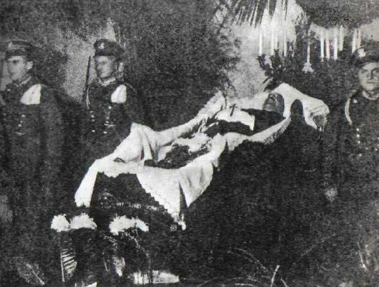 Straż honorowa przy trumnie zamordowanego Gabriela Narutowicza.