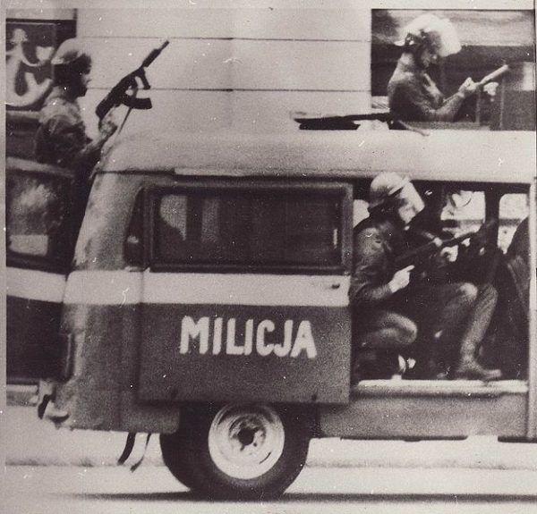 Fotografia z cyklu dokumentującego demonstracje i akcje ZOMO podczas stanu wojennego w Polsce w latach 1981 1983.