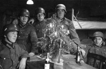 Żołnierze Wehrmachtu w czasie Wigilii w jednym z bunkrów polowych na froncie wschodnim