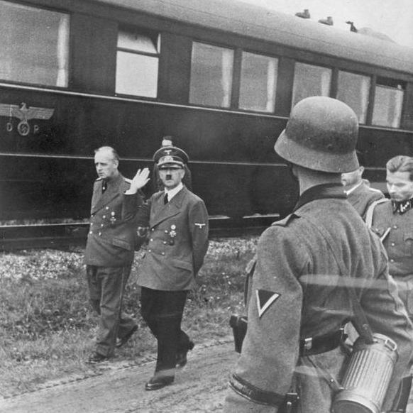 Adolf Hitler na wizycie inspekcyjnej podczas kampanii wrześniowej.