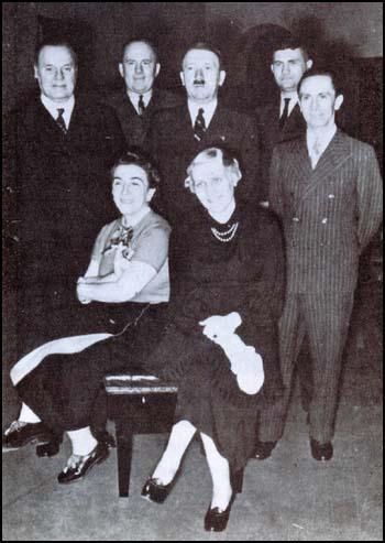 Od lewej stoją: Lord Rothermere, George Ward Price, Adolf Hitler, Fritz Wiedemann i Joseph Goebbels, a od lewej siedzą: księżniczka Stephanie i Magda Goebbels (1936)