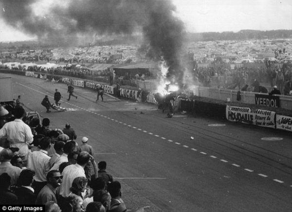 Najtragiczniejszy wypadek w historii wyścigów, w zależności od źródeł, życie straciło nawet 96 osób – 24h Le Mans 1955