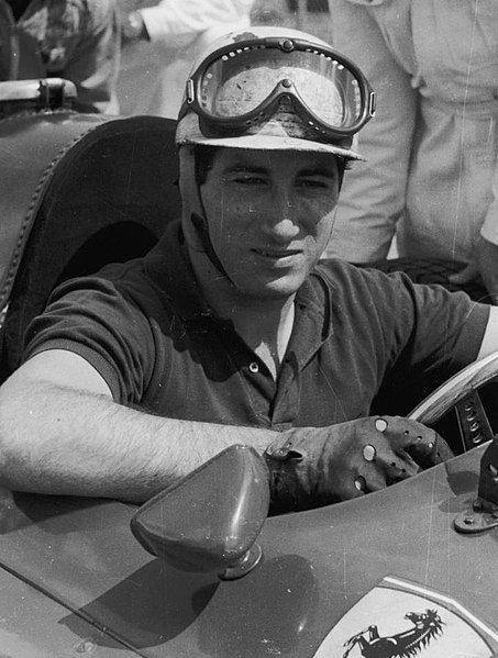 Kierowca wyścigowy i światowej sławy amant – markiz Alfonso de Portago w swoim ferrari