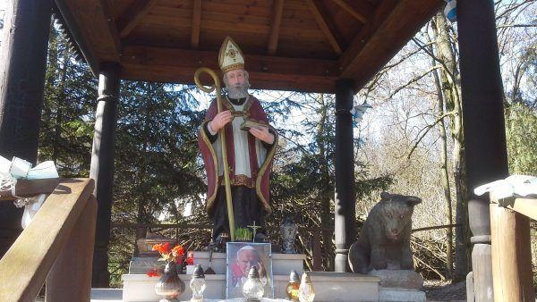 Święty Mikołaj z wilkiem z kapliczki w Kryłowie Kolonii