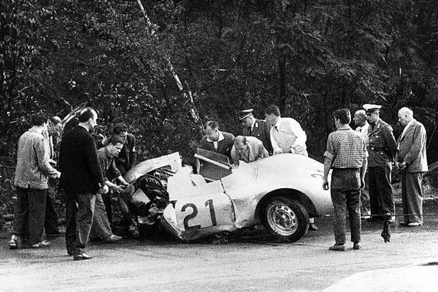 Wrak porsche po śmiertelnym wypadku Jeana Behry podczas Grand Prix Berlina 1959