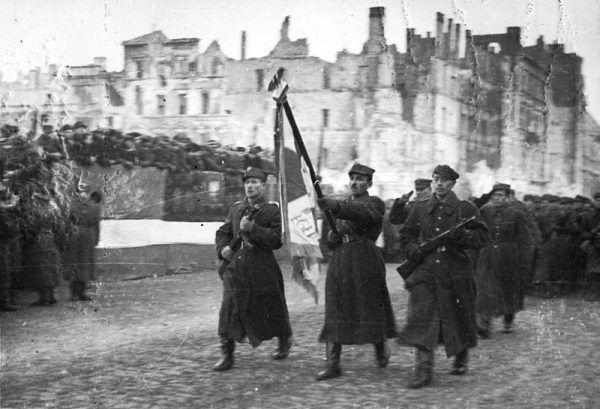 Defilada 1 Armii Wojska Polskiego na ulicy Marszałkowskiej w wyzwolonej Warszawie, 19 stycznia 1945 roku