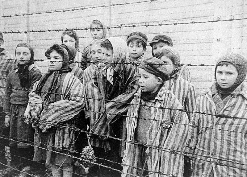 Dzieci za drutami obozu. Kadr z filmu sowieckiego dokumentującego wyzwolenie Auschwitz