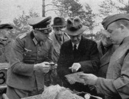 Były premier Polski Leon Kozłowski podczas identyfikacji zwłok polskich oficerów w Katyniu