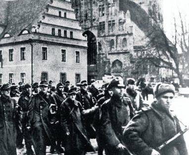 Lubsko, 1945. Przemarsz kolumny niemieckich jeńców konwojowanych przez żołnierzy Armii Czerwonej