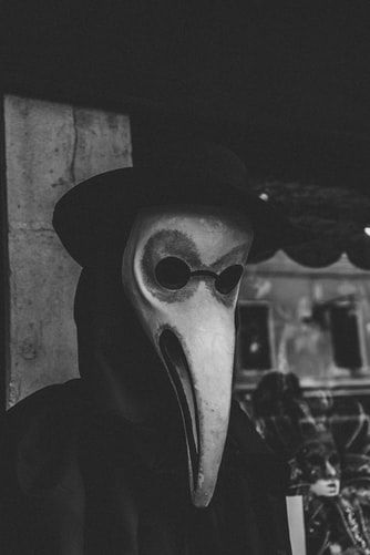 Strój lekarza z czasów dżumy stał się inspiracją dla karnawałowej maski