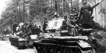 Kolumna radzieckich czołgów podczas operacji wiślańsko odrzańskiej