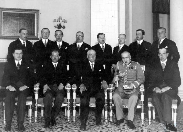 Rząd Leona Kozłowskiego po zaprzysiężeniu 15 maja 1934. Premier siedzi drugi od lewej