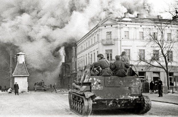 Wkroczenie armii radzieckiej do Warszawy w styczniu 1945 roku. Reprodukcja Marek Skorupski