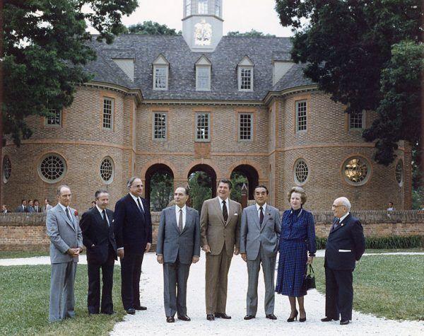 Zdjęcie ze szczytu G7 w 1983 roku. Obecni są politycy odpowiedzialni za przeprowadzenie ćwiczeń Able Archer 83: trzeci od lewej Helmut Kohl, czwarty François Mitterrand, piąty Ronald Reagan, siódma Margaret Thatcher