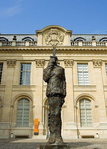 Pomnik Alfreda Dreyfusa przed paryskim Muzeum Sztuki i Historii Judaizmu