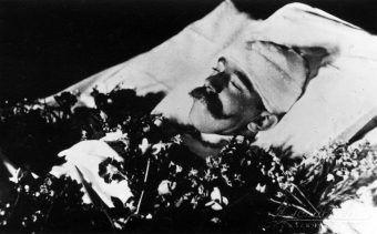 Rudolf Habsburg po śmierci. Głowę zabandażowano, by zakryć ranę postrzałową