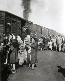 Żydzi z siedleckiego getta wsiadający do pociągu do Treblinki
