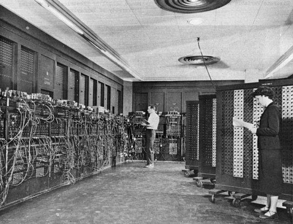 Glen Beck (w głębi fotografii) i Betty Snyder (na pierwszym planie) programują ENIAC a w centrum obliczeń balistycznych w Philadelphia; między 1947 a 1955 r.