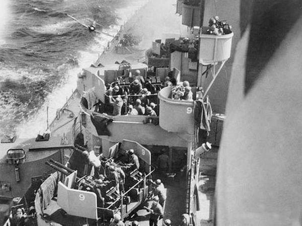 Kamikaze podczas ataku na okręt amerykański