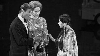 Marlon Brando odmówił przyjęcia Oscara za Ojca chrzestnego, na znak protestu przeciwko dyskryminacji Indian i ich fałszywemu przedstawianiu w westernach