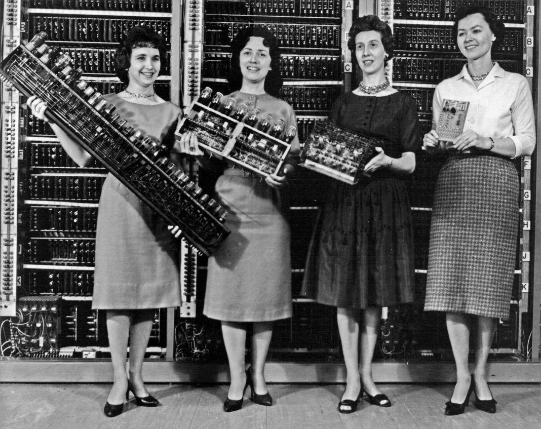 Do rozwoju informatyki przyczyniło się zaskakująco wiele kobiet. Cztery programistki trzymające części kolejnych generacji komputerów. Od lewej stoją: Patsy Simmers (ENIAC), Gail Taylor (EDVAC), Milly Beck (ORDVAC), Norma Stec (BRLESC I), 1962 r.