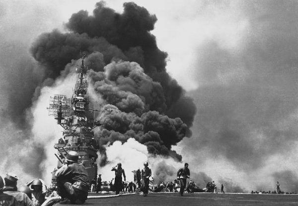 Skutki ataku kamikaze – USS Bunker Hill płonie