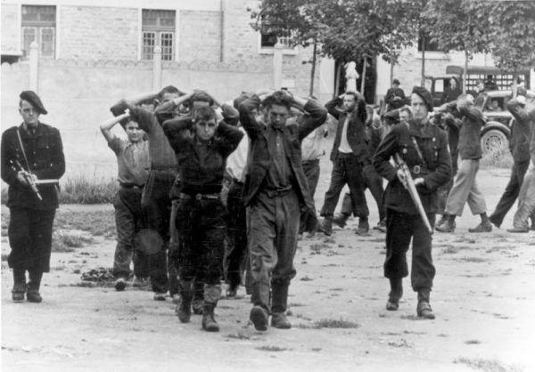 Milicjanci eskortujący schwytanych bojowników FFI, lipiec 1944