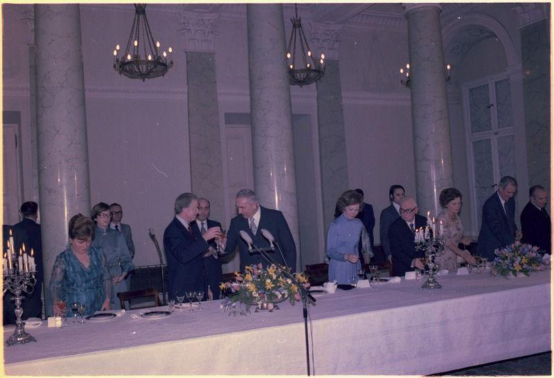 Część skarbów przywłaszczył sobie Edward Gierek z małżonką. Zdjęcie poglądowe: Wizyta amerykańskiej pary prezydenckiej w Warszawie (grudzień 1977)
