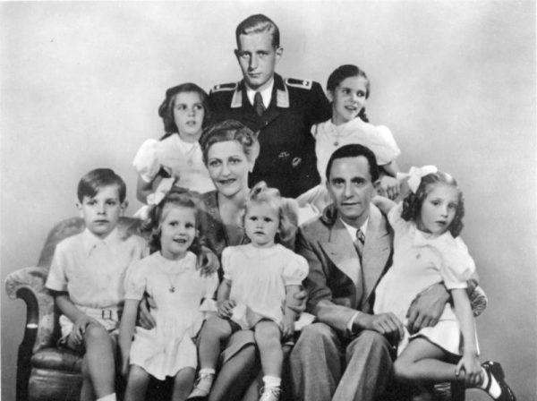 Magda i Joseph Goebbels z sześciorgiem wspólnych dzieci, a od samej góry w mundurze sto Harald Quandt, syn Magdy z pierwszego małżeństwa