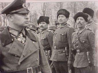 Helmuth von Pannwitz, już jako generał porucznik i ataman, podczas przeglądu kawalerzystów