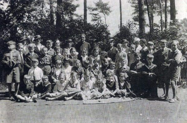 Ksiądz major Antoni Aleksandrowicz (w górnym rzędzie) z dziećmi