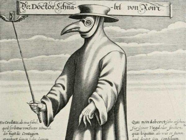 Lekarz z charakterystyczną ptasią maską z czasów epidemii dżumy w Europie