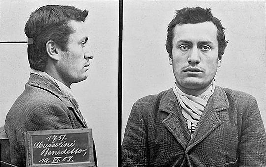 Benito Mussolini po aresztowaniu w 1903 roku za brak dokumentów