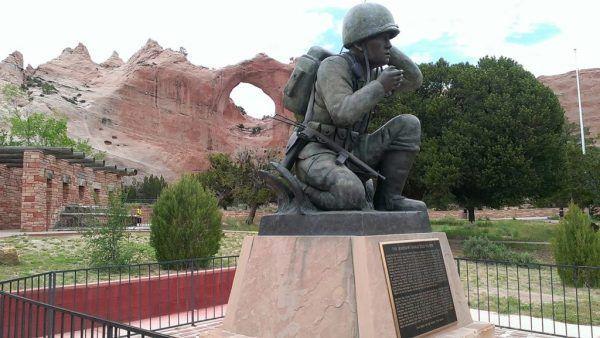 Pomnik upamiętniający indiańskich szyfrantów został odsłonięty w Window Rock w 2007 roku