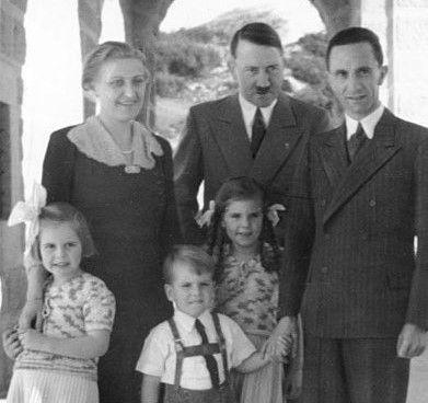 Patrząc od lewej: Magda Goebbels, Adolf Hitler, Joseph Goebbels, a od dołu dzieci Goebbelsów