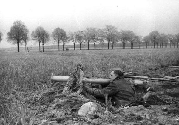 Żołnierz Volkssturmu na pozycji bojowej w okolicach Berlina, uzbrojony w Panzerschrecka, w kwietniu 1945 roku