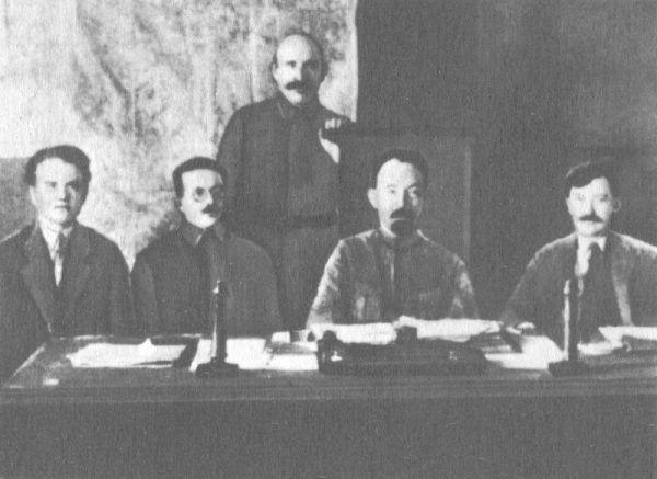 Kierownictwo WCzK (od lewej): Jēkabs Peterss, Józef Unszlicht, Abram Bieleńkij, Feliks Dzierżyński i Wiaczesław Mienżynski, 1921