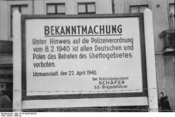 Tablica z informacją o utworzeniu getta i zakazie wstępu na jego obszar osobom postronnym. Podobne tablice były gęsto rozstawione wzdłuż całego ogrodzenia getta.