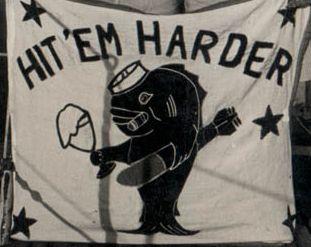 Proporzec 'Hit 'em harder' (Uderz ich mocniej).