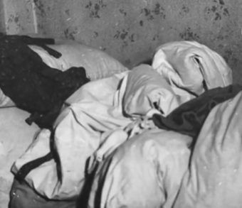 Józef Cyppek nazywany był również Rzeźnikiem. Na zdjęciu kołdra Jaroszów znaleziona w jego mieszkaniu