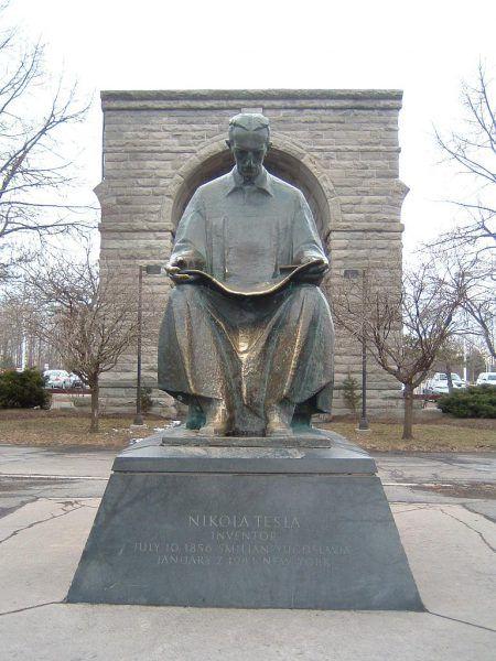 Pomnik Tesli niedaleko Wodospadu Niagara autorstwa Frano Kršinicia