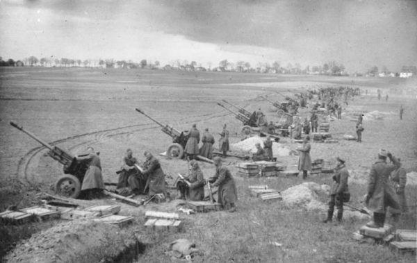 Radziecka artyleria ostrzeliwuje pozycje niemieckie podczas walk o wzgórza Seelow