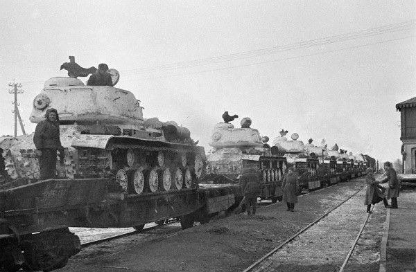 Transport kolejowy radzieckich czołgów IS 2 w drodze na front zimą 1944 roku