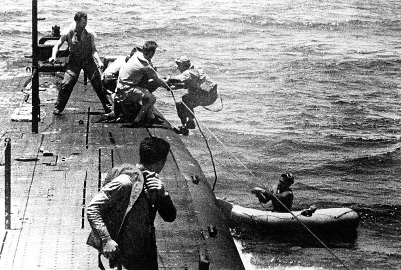 """Marynarze """"Tang"""" pomagają wejść na pokład okrętu załodze Kingfishera"""