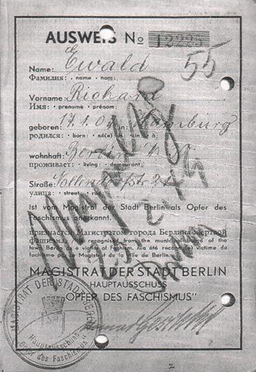 """Unieważniona legitymacja przyznająca uprawnienia """"ofiary faszyzmu"""" byłemu więźniowi obozu. Magistrat Berlina Wschodniego unieważniał prawa do odszkodowań więźniom z różowymi trójkątami["""