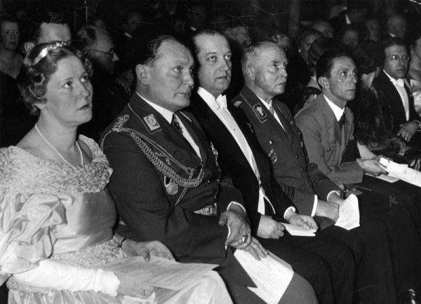 Emmy Sonnemann (pierwsza z lewej) podczas gali otwierającej Instytut Niemiecko Polski w Berlinie; obok siedzą kolejno: jej narzeczony Hermann Göring, ambasador Polski w Berlinie Józef Lipski, książę Karl Eduard von Sachsen Coburg und Gotha, Joseph Goebbels, 1935