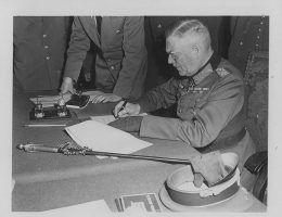 Feldmarszałek Wilhelm Keitel podpisujący akt kapitulacji Wehrmachtu, 8/9 maja 1945.