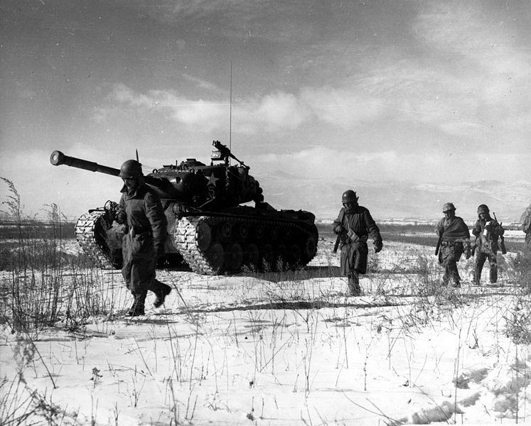 Kolumna 1. Dywizji Morskiej USA przemieszcza się przez chińskie linie podczas ucieczki ze zbiornika Chosin. Wojna koreańska stanowiła tzw. wojnę zastępczą między USA i ZSRR