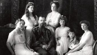 Mikołaj II z rodziną. Nie wiele brakowało, a większość drogocennych klejnotów dynastii zniknęła z historii